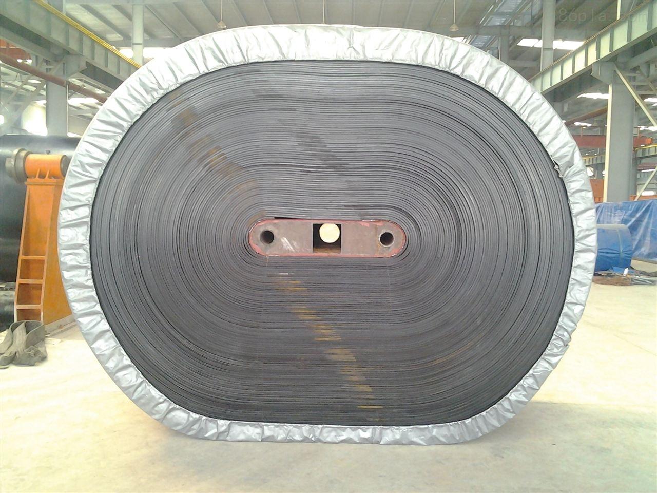 钢丝绳输送带 钢丝绳输送带的这些优点是别的输送带所不具备的具有防霉、防蛀、防老化、耐热性好、抗撕裂强度高以及带面用坏后可以翻新等长处,就其普遍详细性能,为大家介绍: 钢丝绳输送带是以钢绳芯衬垫覆盖橡胶制成的输送带作为带式输送机的牵引和运载构件。 钢丝绳输送带的特点:拉伸强度大,抗冲击力好,寿命长,使用伸长率小,成槽性好,耐曲挠性好,适用于长距离、大运量、高速度输送物料。该产品是由芯胶、钢丝绳、覆盖层和边胶构成。 钢丝绳输送带的用途:可广泛的用于煤炭、矿山、港口、冶金、电力、化工等领域物料输送。 钢丝绳输送